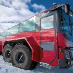 Las 8 enormes ruedas permiten que este colectiva pueda superar fácilmente hasta grietas de 3 metros de ancho.