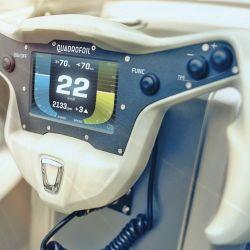 Volante multifunción con pantalla que indica la velocidad y el rendimiento de la batería, entre otras funciones