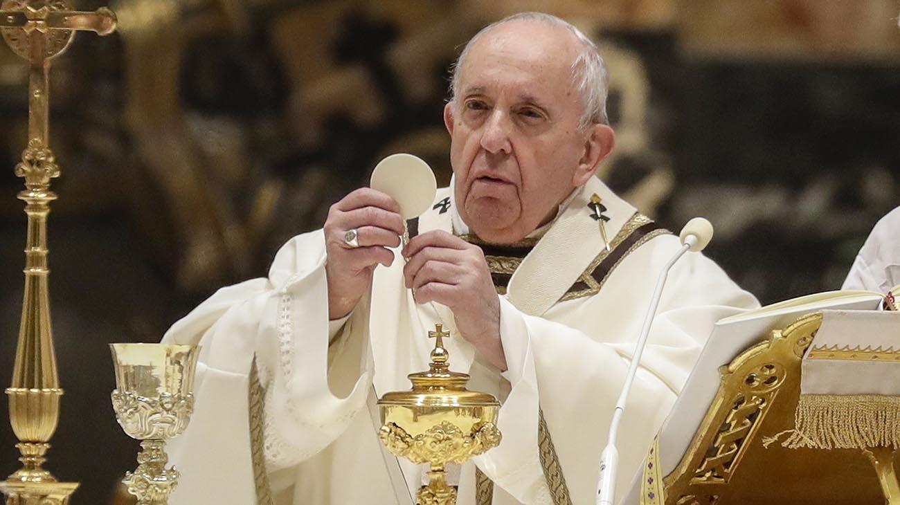 El Papa Francisco celebra la Eucaristía durante una misa con motivo de la celebración de la Jornada Mundial de la Vida Consagrada en la Basílica de San Pedro en el Vaticano el 2 de febrero de 2021