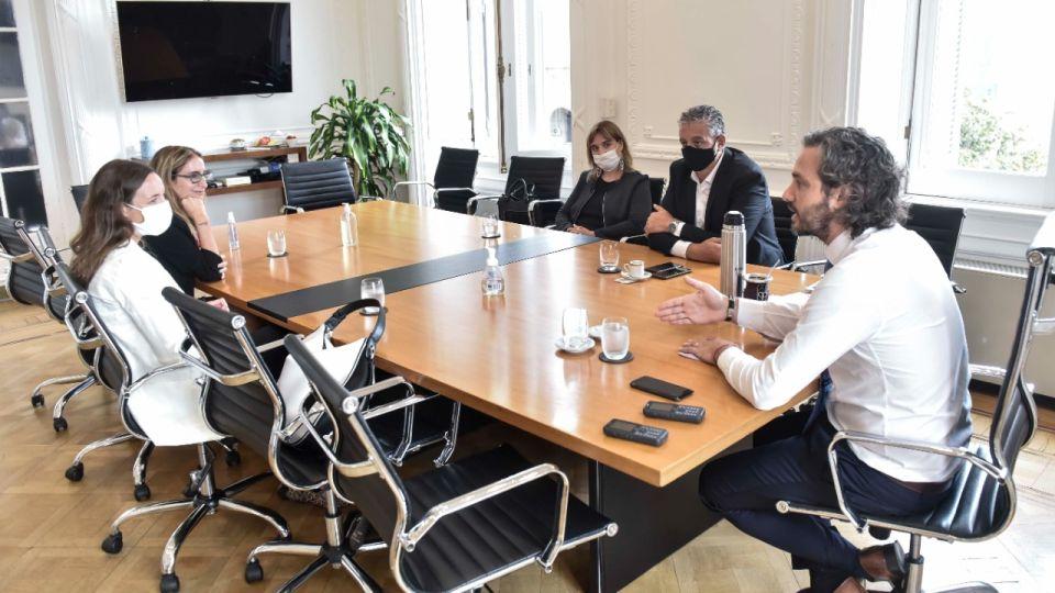 Cafiero encabeza un encuentro con representantes de Amnistía Internacional en la Casa Rosada.