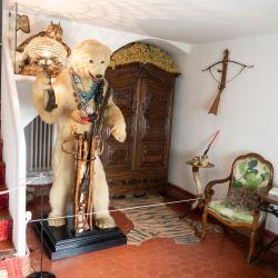 Un oso polar recibe a los visitantes de la residencia de Salvador Dalí en Port Lligat. Foto: Andreas Drouve/dpa