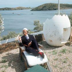 Salvador Dalí en 1968, en el terreno de su residencia en la Costa Brava, hoy abierta a las visitas del público. Foto: Horst Ossinger/dpa