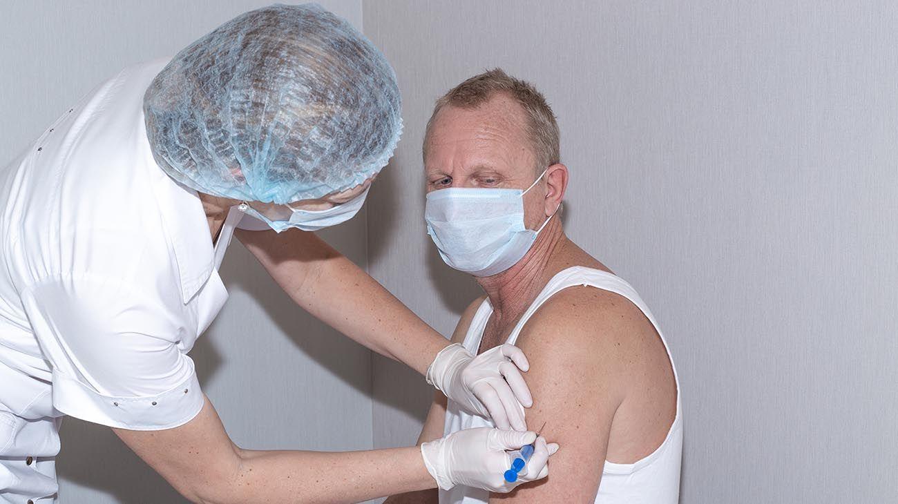 enfermera aplicando una dosis de sputnik