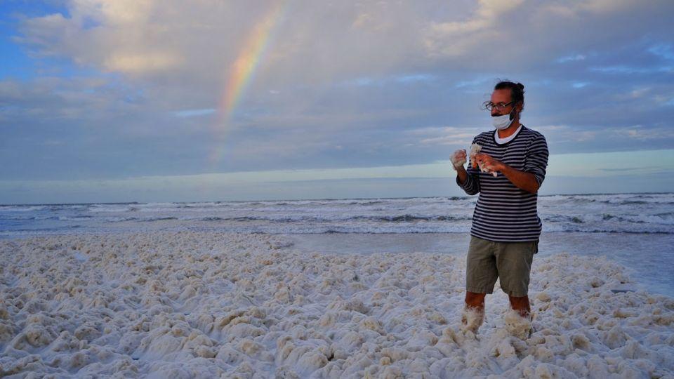 Una densa espuma marina, sin efectos nocivos para los bañistas, cubrió hoy las playas de Mar del Plata y Santa Clara del Mar, lo que soprendió a los pocos turistas que aprovecharon los disntos balnearios en un día nublado y con lloviznas pasajeras.