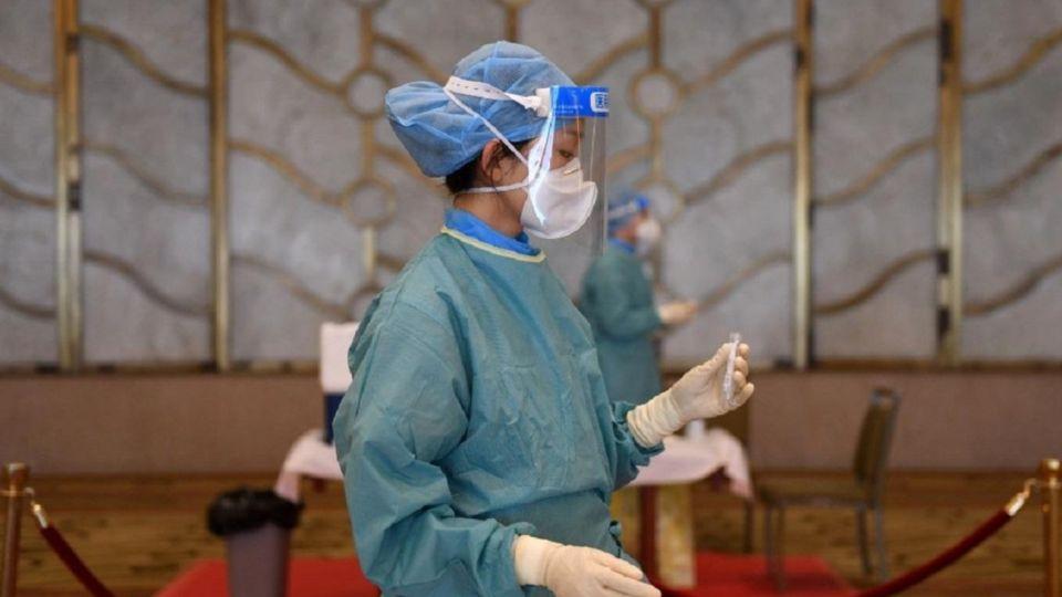Médicos y enfermeras se preparan para llevar a cabo hisopados anales en China.