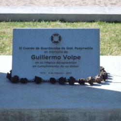 A modo de homenaje, durante los festejos, se colocan ofrendas florales en el monolito que recuerda a Guillermo Volpe, en la entrada del balneario donde perdió la vida en cumplimiento de su deber.