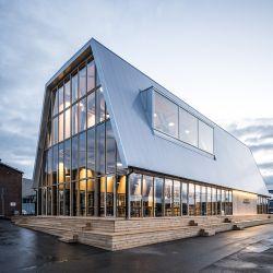 En la planta baja el novedoso edificio alberga una cafetería y un restaurante abiertos al público.