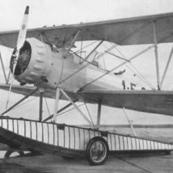 El boeing Stearman 76D-1, matricula 1-E-41, perteneciente a la Escuela Naval, fue el primer avión argentino en volar sobre la Antártida.