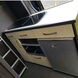 Dispone de cocina con un fregadero, una heladera de 80 litros de capacidad y muchos compartimentos de almacenamiento.