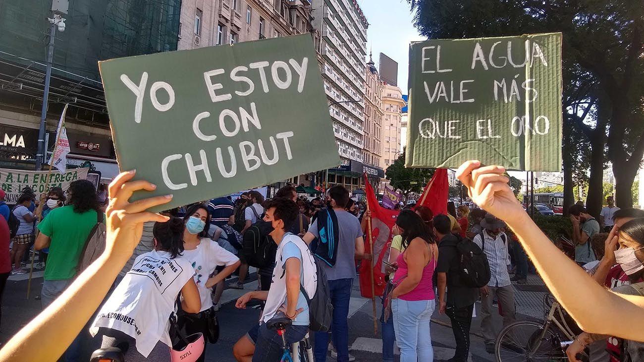 Manifestaciones en Buenos Aires contra la megaminería en Chubut