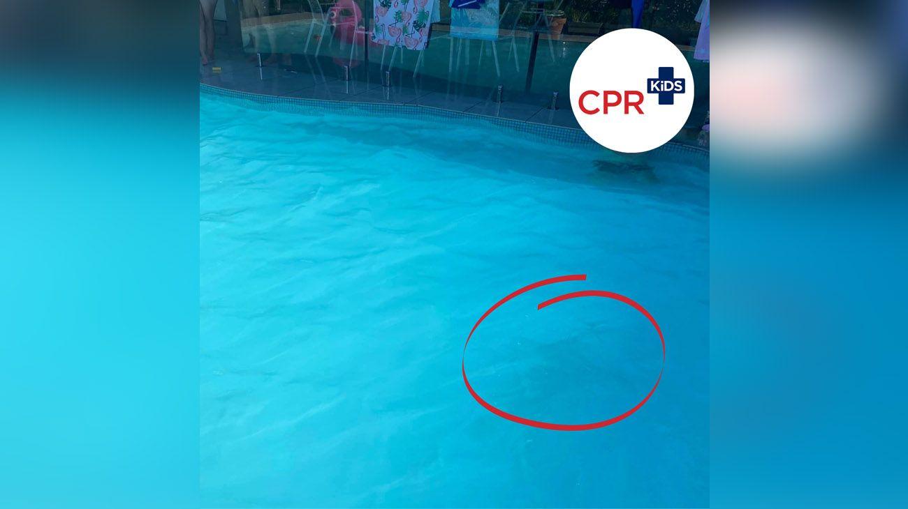 La extraña foto que muestra un niño debajo del agua para alertar por condiciones de seguridad