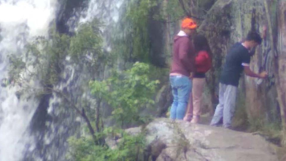 Acto de vandalismo en una cascada de Tanti.