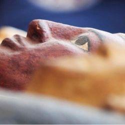 La extraña momia estaba encapsulada en el interior de un caparazón de barro.