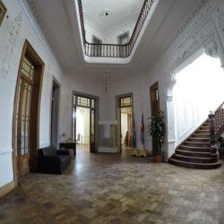 La planta baja destinada a la recepción cuenta con un salón comedor, una sala de música y con viejo escritorio familiar.