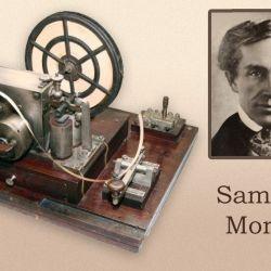 El estadounidense Samuel Finley Breese Morse junto a su revolucionario invento.