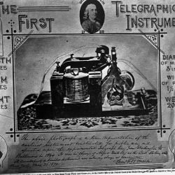 El receptor Morse original tenía un puntero controlado electromagnéticamente que dibujaba trazos en una cinta de papel que giraba sobre un cilindro.