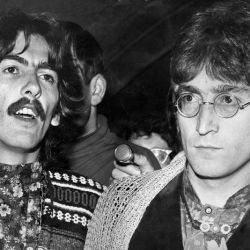 George Harrison junto a John Lennon