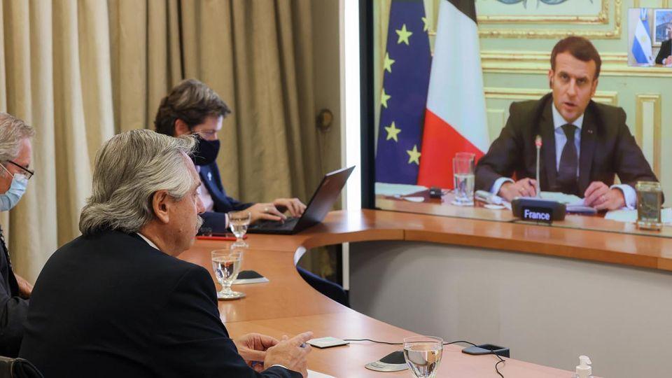 El presidente Alberto Fernández mantuvo este mediodía una videoconferencia desde la residencia de Olivos con su par de la República Francesa, Emmanuel Macron, quien comprometió su apoyo ante el proceso de renegociación de deuda que la Argentina sostiene con el Fondo Monetario Internacional (FMI).