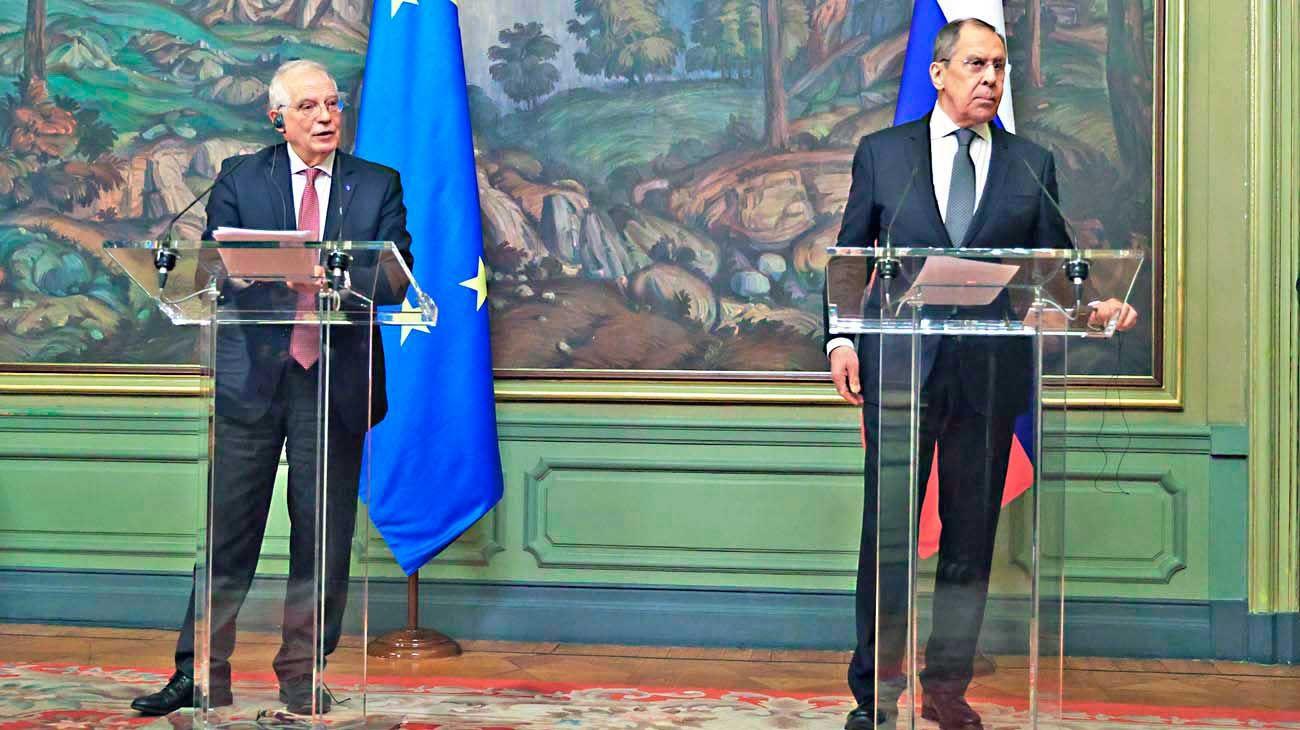 Tensos. Borrell y Lavrov ante la prensa luego de su reunión.