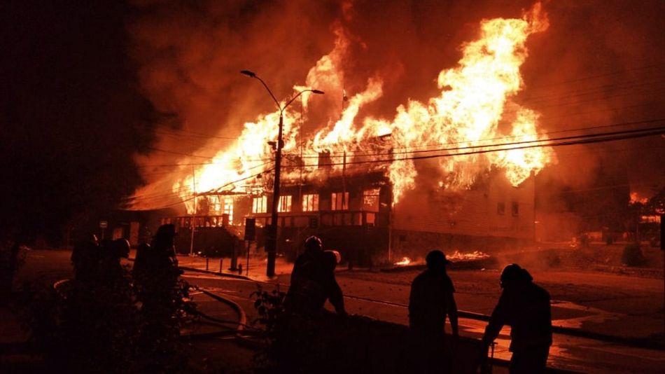 La municipalidad de la ciudad chilena de Panguipulli, en llamas por el asesinato de un malabarista a manos de la policía.