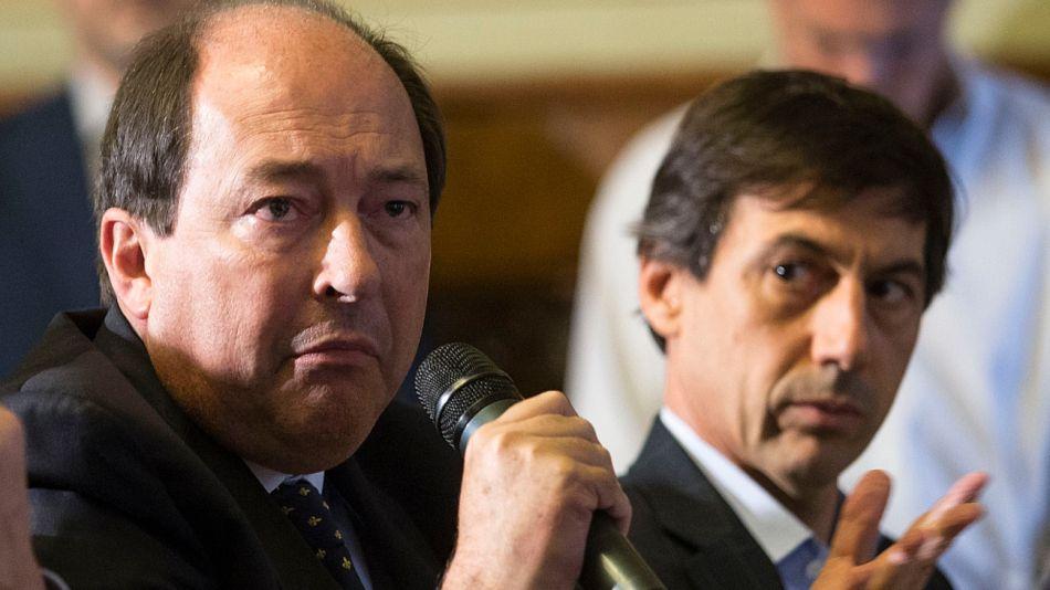 Sanz habla, a su lado Naidenoff escucha, en una foto de archivo legislativo.