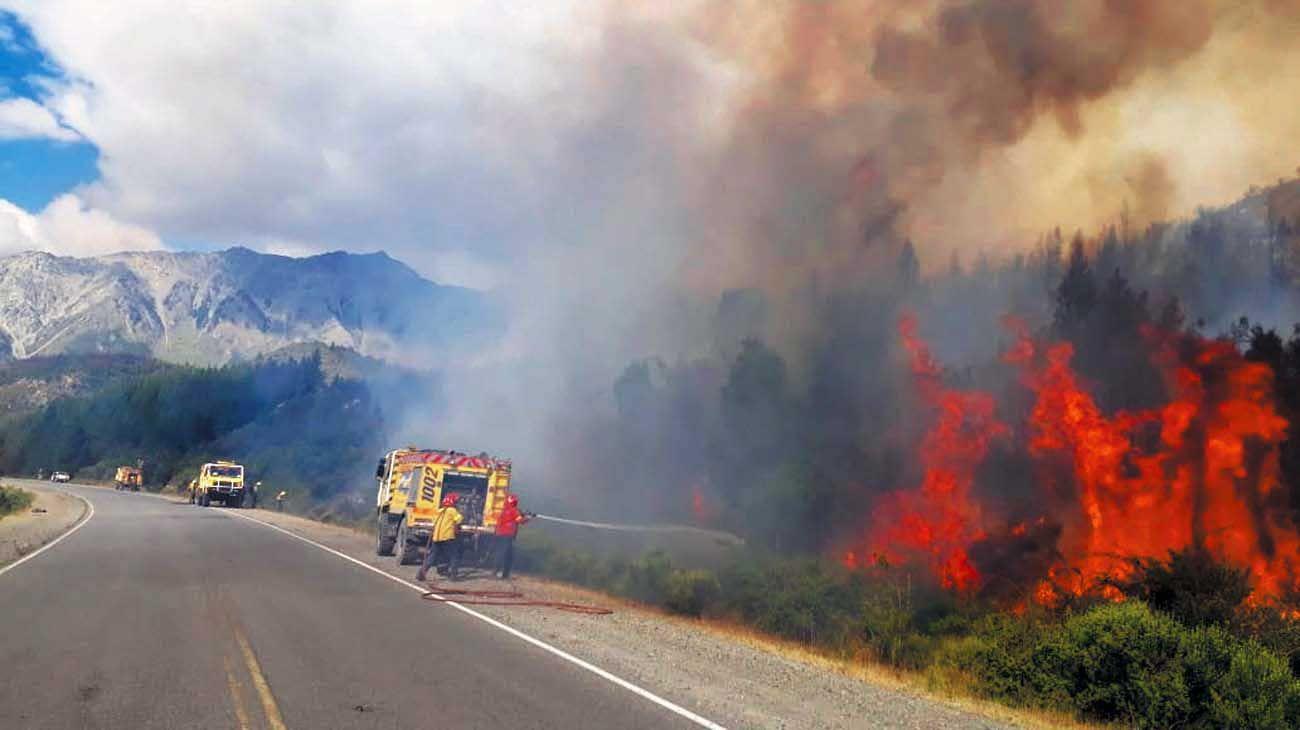 Foco. El incendio se mantenía activo en la zona de la Cuesta del Ternero, en cercanías de Bariloche.