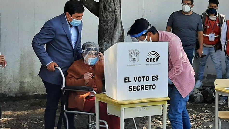 Andrés Araúz, acompañando a su abuela de 106 años a votar en un colegio de Quito.
