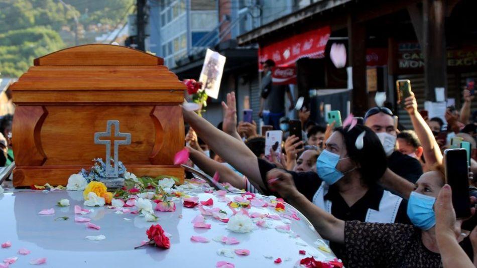 El adiós al artista callejero Francisco Martínez, asesinado por la policía en Chile.