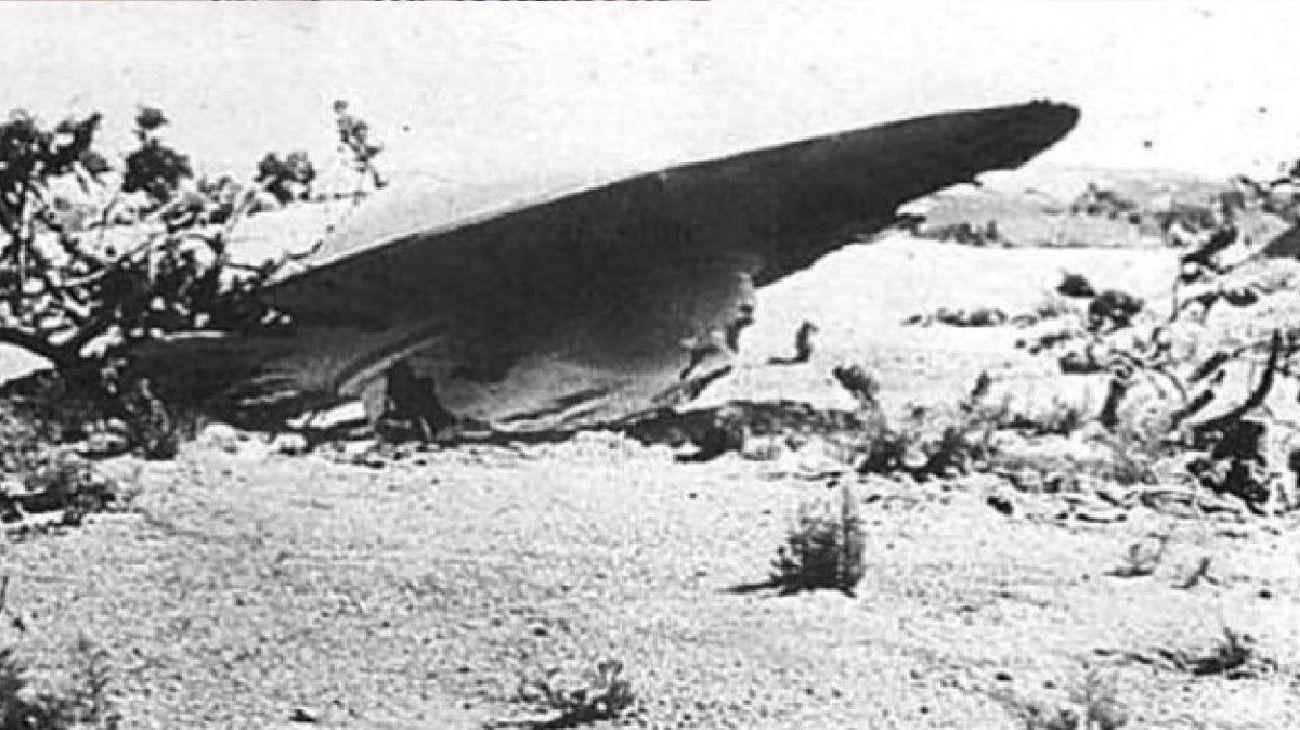 Ilustración sobre el descubrimiento de piezas de una objeto desconocido en Roswell, Nuevo México.