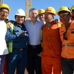 Mauricio Macri con trabajadores   Foto:Cedoc