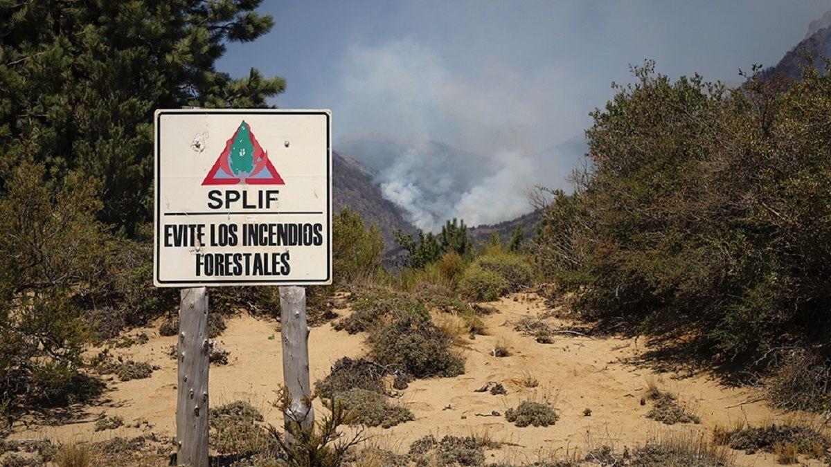 Se sumaron más brigadistas, aviones hidrantes y helicópteros al combate del incendio forestal en Cuesta del Ternero, en las cercanías de El Bolsón.