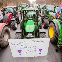 Berlín: los tractores se paran en la calle 17 Juni durante una protesta de los agricultores para exigir mejores condiciones de trabajo y contra las medidas Coronavirus.   Foto:Christoph Soeder / DPA