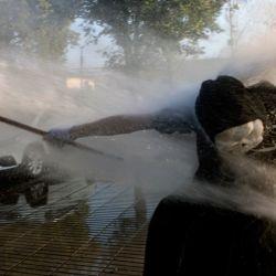 Un artista callejero es golpeado por agua salpicada por la policía durante una protesta contra la violencia policial tras el asesinato de un artista callejero por parte de la policía local, en Panquipulli, Santiago.   Foto:Martin Bernetti / AFP