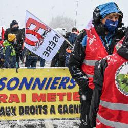 Los trabajadores de las estaciones de esquí bloquean la carretera hacia el túnel de Frejus que cruza la frontera con Italia, cerca de Modane, para protestar contra la decisión del gobierno francés de cerrar las estaciones para la temporada de invierno como medida preventiva contra la propagación del Coronavirus Covid-19.   Foto:Philippe Desmazes / AFP