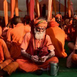 Hombres santos hindúes almuerzan en un campamento durante la feria religiosa hindú anual de Magh Mela en Allahabad.   Foto:Sanjay Kanojia / AFP