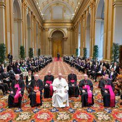 Esta foto tomada y distribuida por los medios de comunicación del Vaticano muestra al Papa Francisco, el Secretario de Estado del Vaticano, el Cardenal italiano Pietro Parolin posando durante una ceremonia para dirigir sus saludos de Año Nuevo a los Embajadores de la Santa Sede en el Vaticano.   Foto:Handout / VATICAN MEDIA / AFP