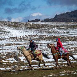 Los guías a caballo locales montan sus monturas en la nieve en la ciudad de Azrou, a unos 89 kilómetros al sur de Fez, en la provincia norteña de Ifrane en Marruecos, en las montañas del Atlas.   Foto:Fadel Senna / AFP