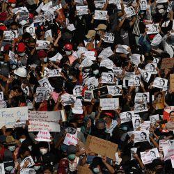 Los manifestantes sostienen carteles que exigen la liberación de la líder de Myanmar detenida Aung San Suu Kyi durante una manifestación contra el golpe militar en Yangon.   Foto:Sai Aung Main / AFP