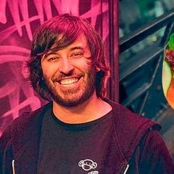 Mono al vino: El cóctel de Sebastián Atienza, al frente de la barra del bar Tres Monos, reúne vino de frambuesa, café y ginger ale casera. Refresca y da energía. | Foto:cedoc