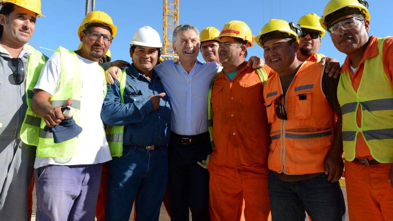Mauricio Macri con trabajadores