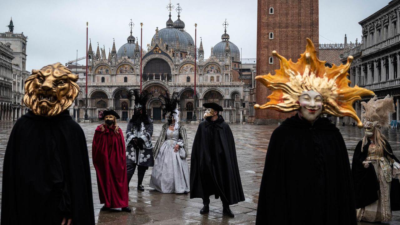 Artesanos venecianos con máscaras y disfraces de carnaval participan en una demostración de la Confederación de Artesanos de Venecia en la plaza de San Marcos en Venecia, ya que el carnaval se cancela debido a la pandemia de Covid-19.   Foto:Marco Bertorello / AFP