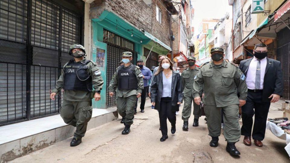 La ministra Sabina Frederic analizó el redespliegue de Gendarmería de la villa 1-11-14, en el Bajo Flores.