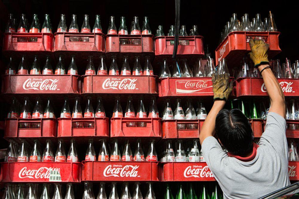 Coca-Cola Co. está introduciendo botellas de plástico 100% recicladas en Estados Unidos, un cambio importante en su estrategia de sostenibilidad.
