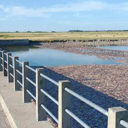 Cuando la laguna Mar Chiquita llega a la cota actual, hay tres compuertas cerradas y una cuarta medio abierta para lograr que siga bajando algo de agua y el río no se seque.