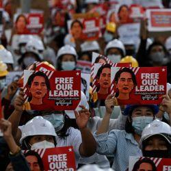 Los manifestantes sostienen pancartas exigiendo la liberación de la líder de Myanmar detenida Aung San Suu Kyi durante una manifestación contra el golpe militar del 1 de febrero.   Foto:Ye Aung Thu / AFP