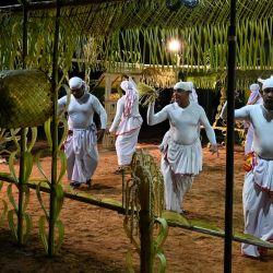 En esta imagen los bailarines tradicionales actúan durante un ritual 'Gam Madu' para buscar exorcizar a los espíritus malignos y poner fin a la pandemia del coronavirus Covid-19, en la Secretaría Divisional Divulapitiya en el distrito de Gampaha, a unos 50 km al norte de Colombo.   Foto:Lakruwan Wanniarachchi / AFP