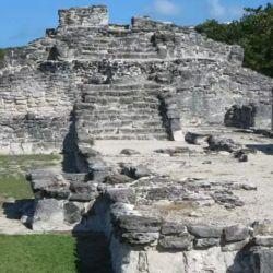 Las paredes se vuelven verticales para soportar el piso del edificio que fue totalmente construido con piedra caliza gris de la zona.