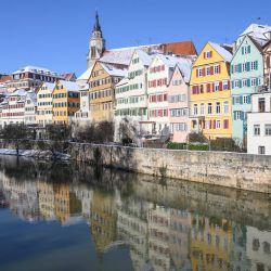 Las casas del centro histórico de Tubinga se reflejan en el río Neckar en Tubinga, sur de Alemania. | Foto:Thomas Kienzle / AFP