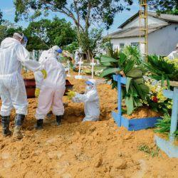 Brasil, Manaos: una víctima del coronavirus está siendo enterrada en el cementerio de Taruma. Debido al creciente número de muertes de Covid 19, el gobierno ha decidido ampliar la capacidad del cementerio. | Foto:Valdo Leão / Semcom / Manaus / DPA