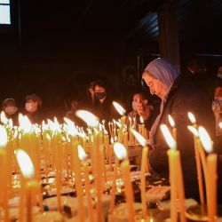 Los creyentes encienden velas adheridas a tarros de miel, durante una ceremonia que marca el día de San Haralampi, protector de en la Iglesia de la Santísima Virgen en Blagoevgrad.   Foto:Nikolay Doychinov / AFP